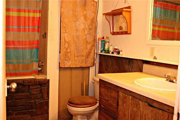 Cozy country home bathroom
